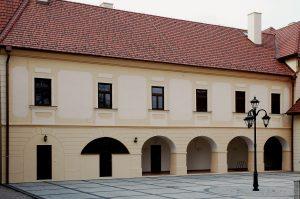 Rekonštrukcia kaštieľa a nádvoria spoločenských stretnutí, Ostratice